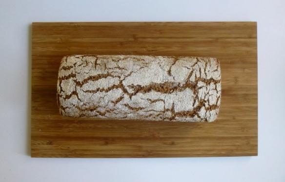 Aus dem Ofen kam ein herrlich frisches Brot, das meiner Ansicht nach schon aussieht wie auf dem Foto. Nur nicht ganz so dunkel. Da hat wohl jemand das Bild nachbearbeitet? ;)