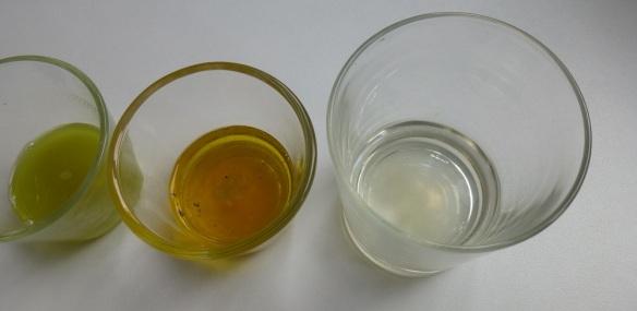 Rechts sieht man das fast entfärbte Glas mit Javelwasser, links das mit Rohrreiniger.